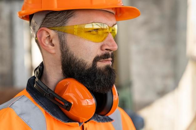 Close-up homem usando equipamento de proteção