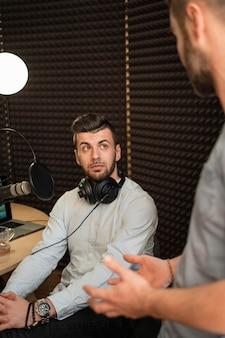 Close-up homens na estação de rádio