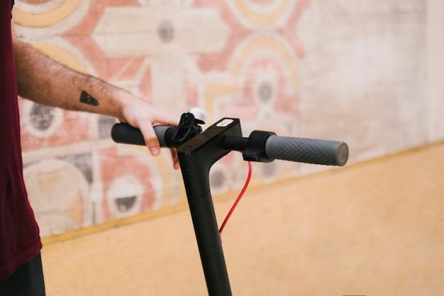 Close-up identificador de e-scooter com fundo geométrico