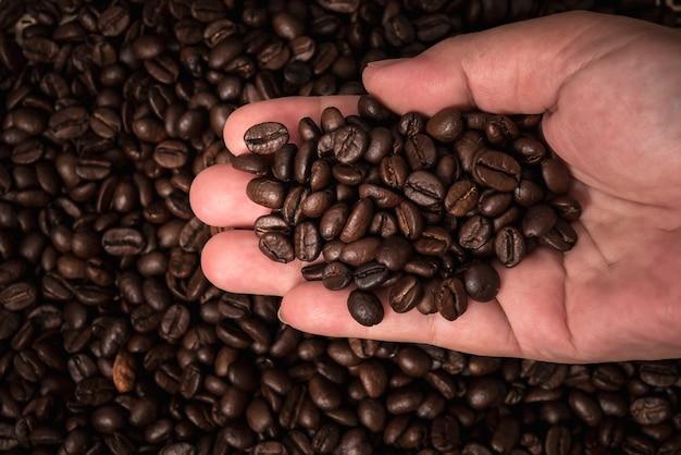 Close up imagens mão de pessoas e grãos de café torrados