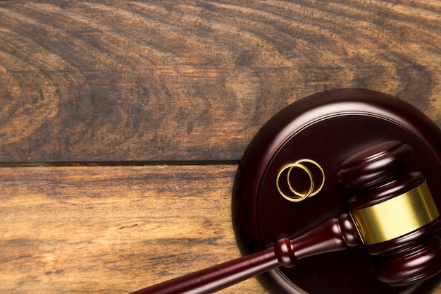 Close-up impressionante bloco com martelo e anéis de ouro