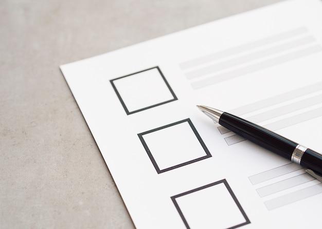 Close-up incompleto questionário eleitoral com caneta preta