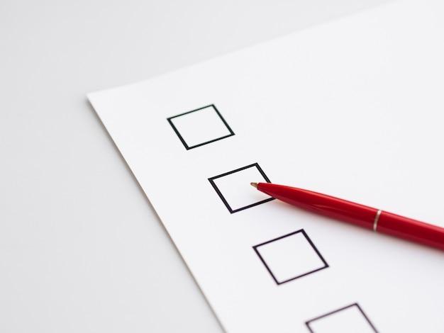 Close-up incompleto questionário eleitoral com caneta