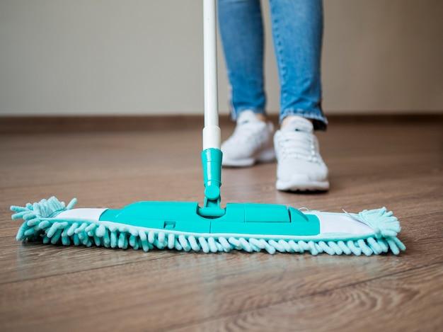 Close-up individual limpando o chão