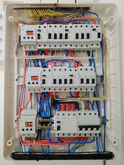 Close-up interruptores automáticos com fios na blindagem elétrica. blindagem elétrica com interruptores automáticos de eletricidade na casa - painel de controle de eletricidade com circuito.