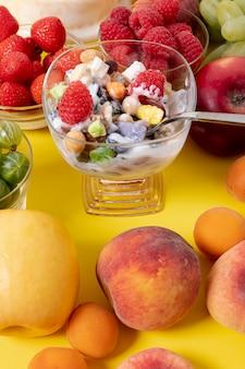 Close-up iogurte musli com arranjo de frutas frescas