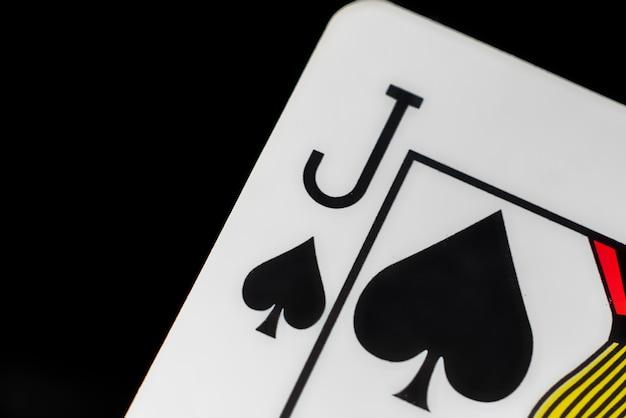 Close-up jogando cartão isolado onlackurface