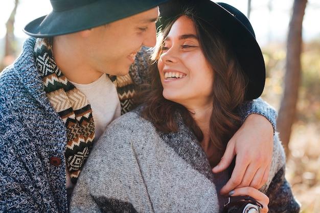 Close-up jovem casal apaixonado