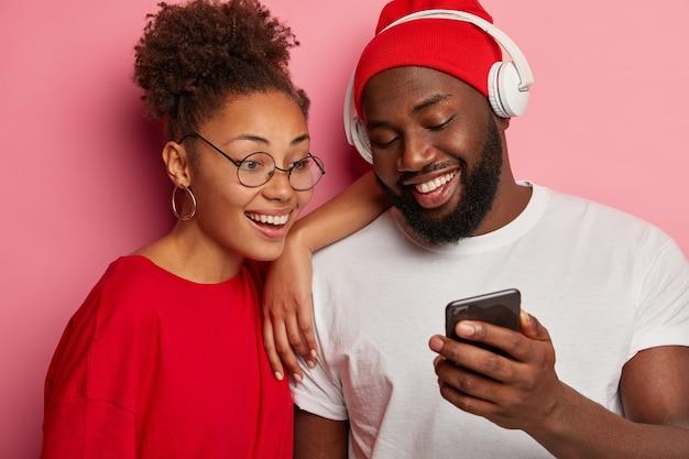 Close-up, jovem casal se divertindo juntos