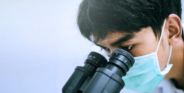 Close-up jovem cientista olhando no microscópio