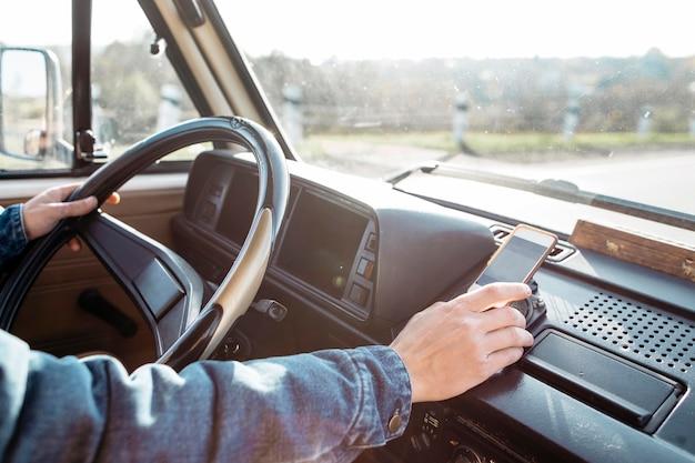 Close-up jovem dirigindo uma van