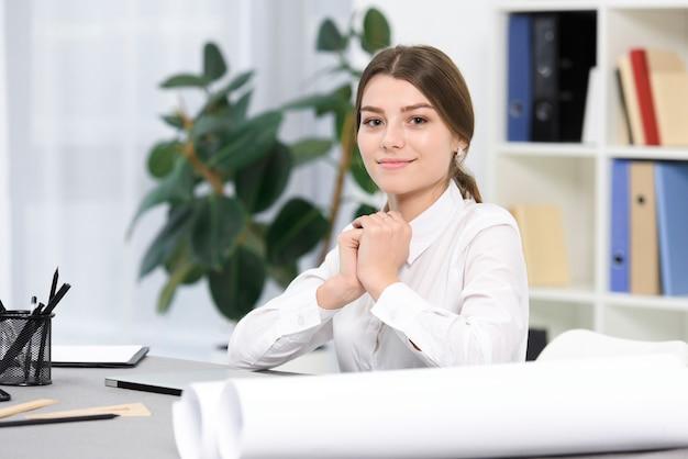 Close-up, jovem, executiva, sentando, escritório, olhar, câmera