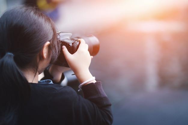 Close-up, jovem, fotógrafo, tiroteio, leva, imagens