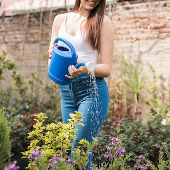 Close-up, jovem, mulher, aguando, plantas, jardim