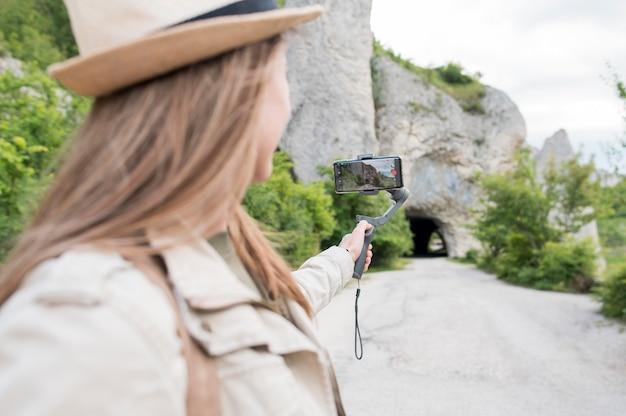 Close-up jovem mulher com chapéu, olhando para longe