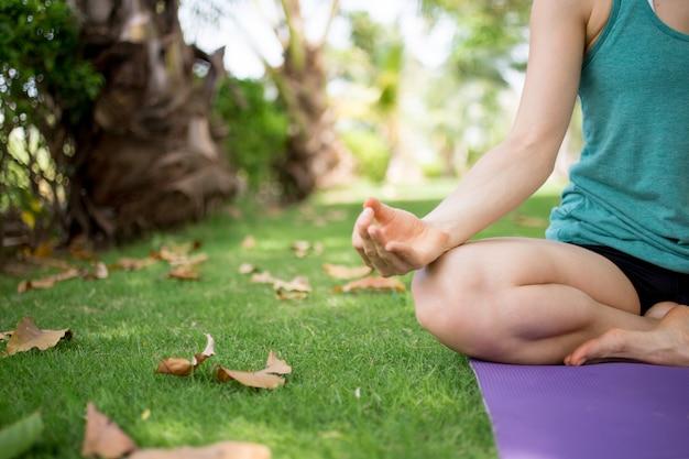 Close-up, jovem, mulher, meditar, tapete, parque