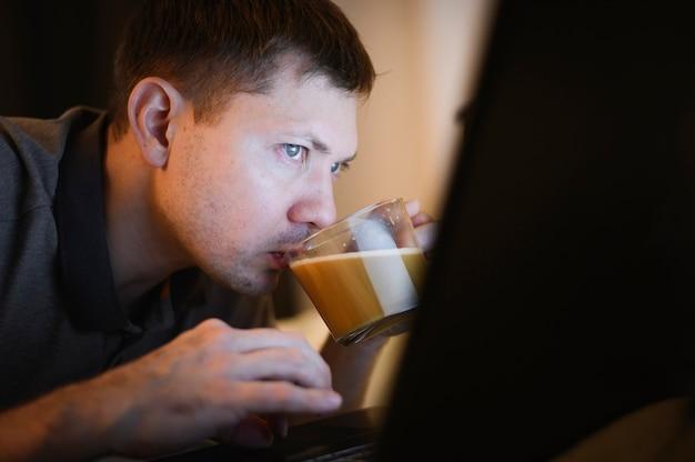 Close-up jovem profissional desfrutando de café