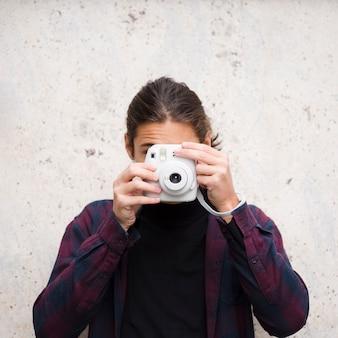 Close-up jovem tirando uma foto