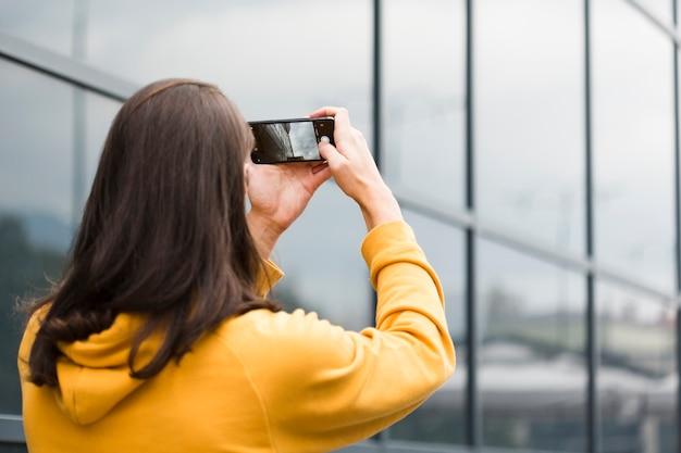 Close-up jovem viajante tirando uma foto