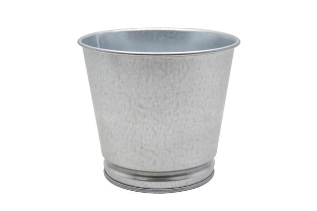 Close-up lata balde isolar em branco