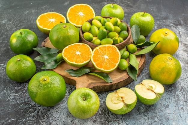 Close-up lateral com frutas cítricas frutas cítricas na tábua de corte