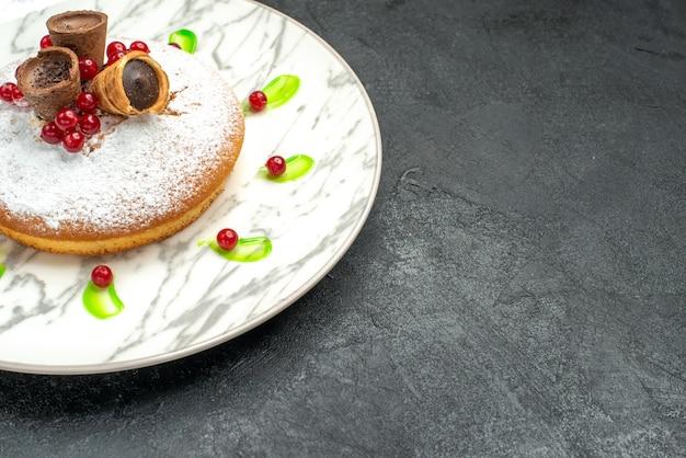 Close-up lateral de um bolo um bolo apetitoso com waffles de chocolate e frutas de açúcar em pó