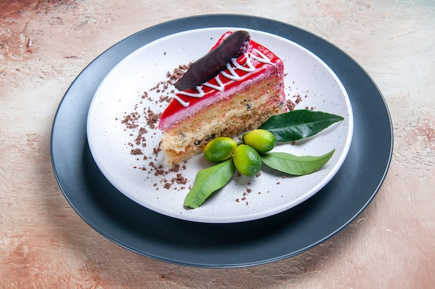 Close-up lateral de um prato de bolo branco-acinzentado com molhos de chocolate