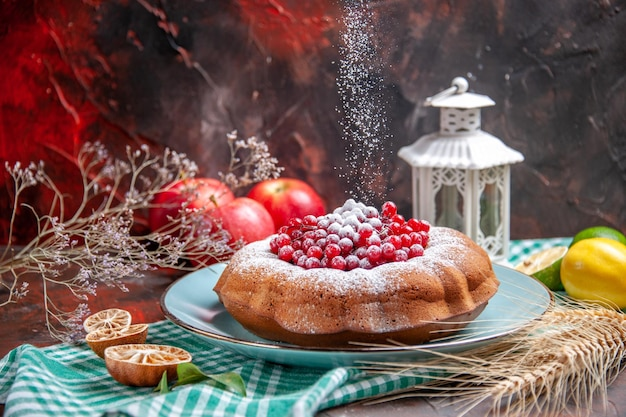 Close-up lateral um bolo frutas cítricas um bolo com frutas maçãs galhos de árvores espigas de trigo