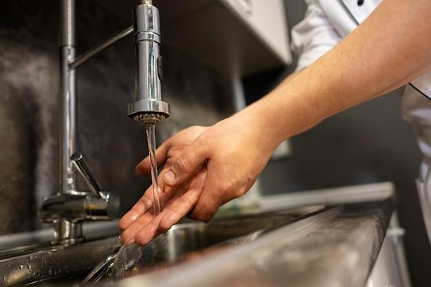 Close-up lavando as mãos