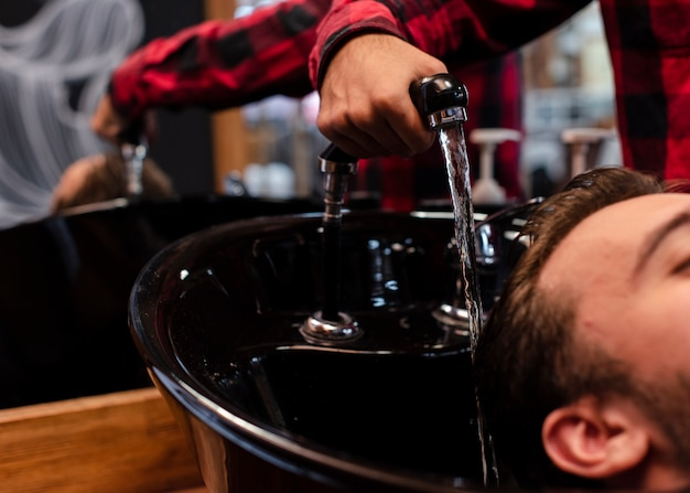 Close-up, lavando o cabelo na barbearia