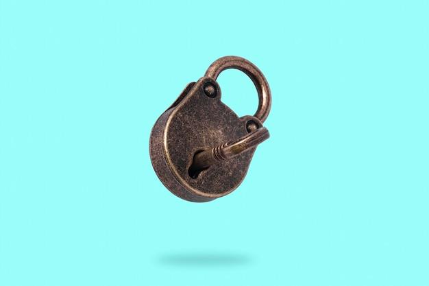 Close-up levitando cadeado com chave isolada
