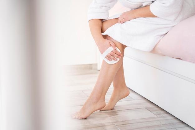 Close-up limpando as mãos das pernas