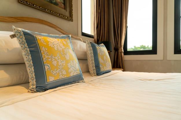Close-up linda decoração de travesseiro na cama no quarto