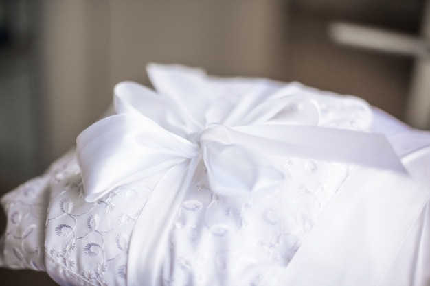 Close up. linda fita branca com nós em um cobertor de bebê