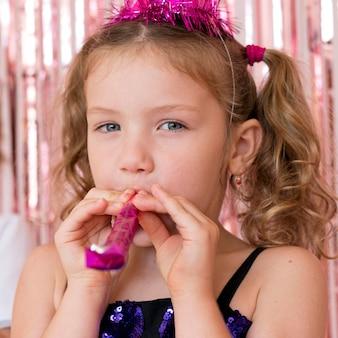 Close-up linda garota com apito de festa