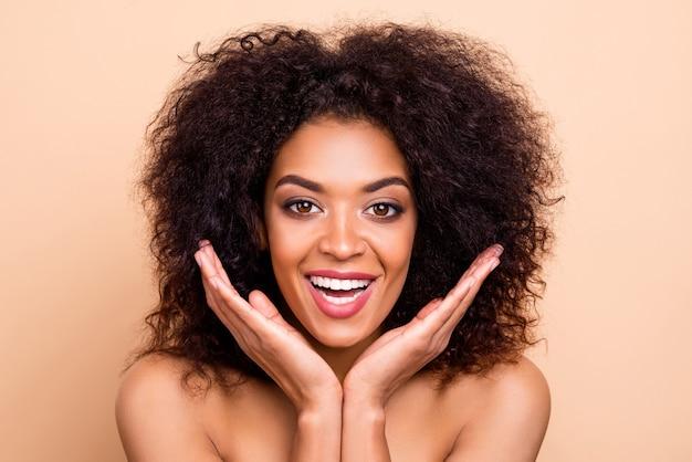 Close-up linda modelo senhora penteado ondulado palmas bochechas radiantes