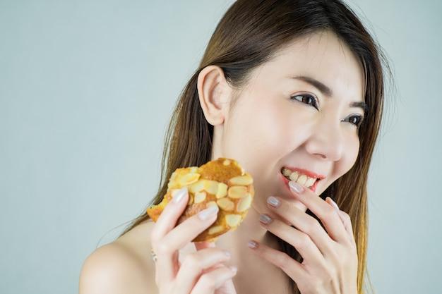 Close-up linda mulher asiática segurando um bolinho