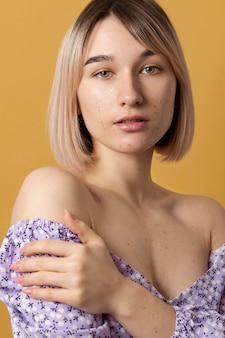 Close-up linda mulher posando