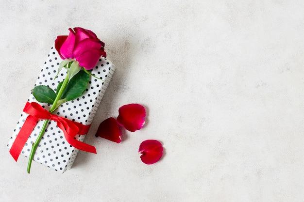 Close-up linda rosa em cima do presente