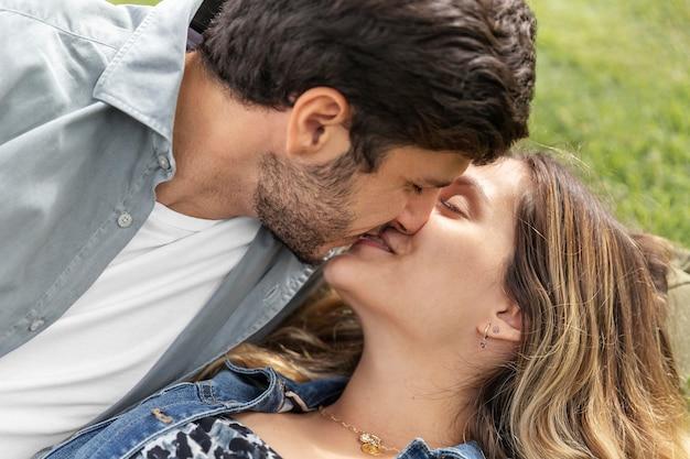 Close-up lindo casal se beijando