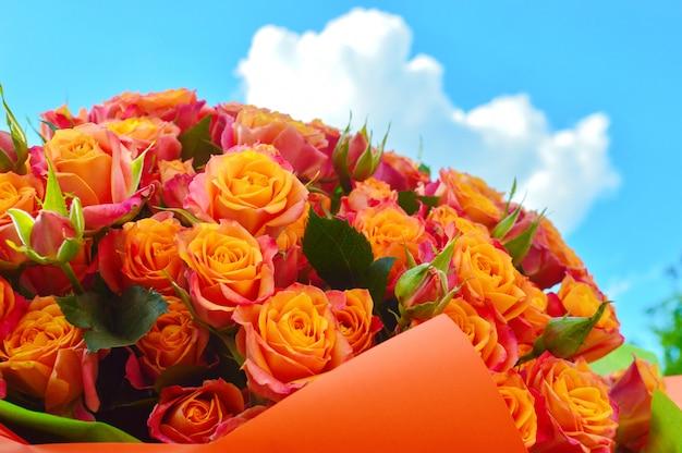Close-up lindo lindo buquê de flores misturadas. variedade de flores desabrochando da primavera.