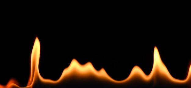 Close-up linha de fogo padrão de chamas isolado em fundo preto