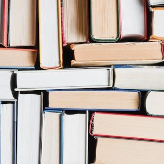 Close-up livros empilhados aleatoriamente