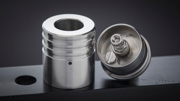 Close up, macro shot de atomizador de gotejamento reconstruível de ponta para caçador de sabor, equipamento vaporizador, foco seletivo