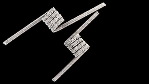 Close up, macro shot de bobinas de clapton micro alienígenas pré-construídas de núcleo triplo, bobina extravagante, bobina de arte isolada em fundo preto, para atomizador, atty, e-cigarro, dispositivo de vaporização