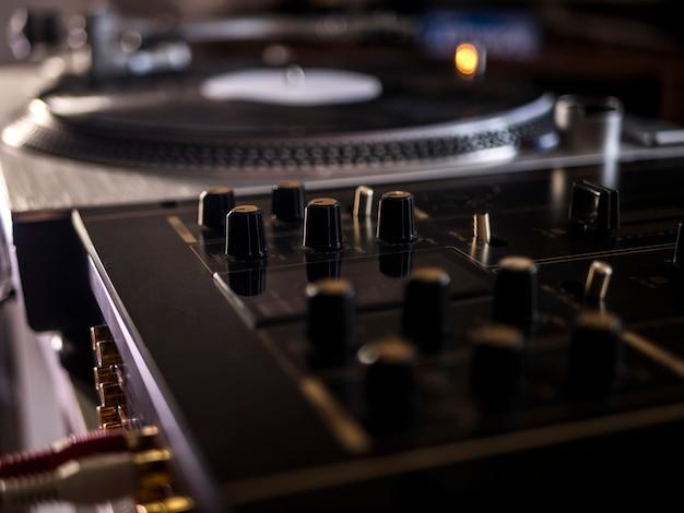 Close-up macro tiro dj botões de equipamentos de áudio de música na mesa de mistura