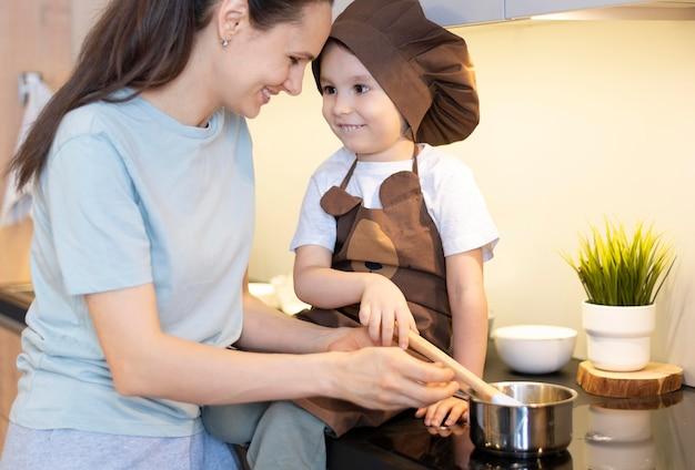 Close-up mãe e filho cozinhando