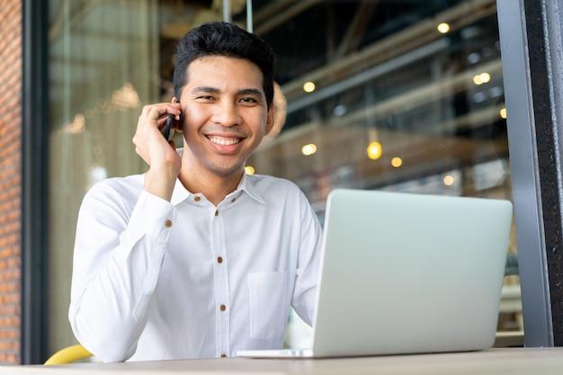 Close-up, malaio, homem negócios, falando, negócio, com, sócio, e, usando computador portátil, em, exterior, escritório