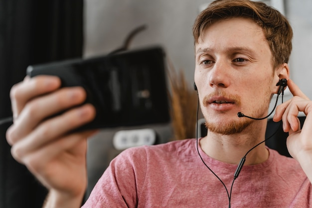 Close-up man transmitindo com telefone