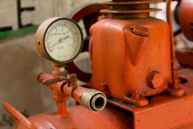 Close-up manômetro no mecânico inflando o pneu. medir a pressão do ar.